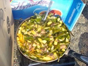 Готовится морская капуста с картошкой